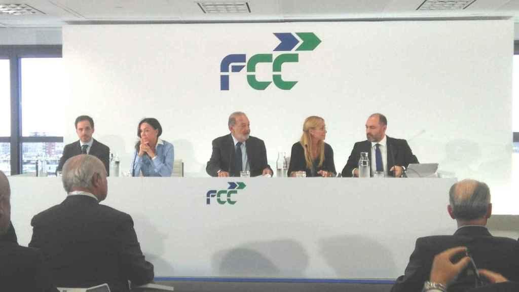 El magnate Calos Slim (en el centro) en la rueda de prensa de FCC.