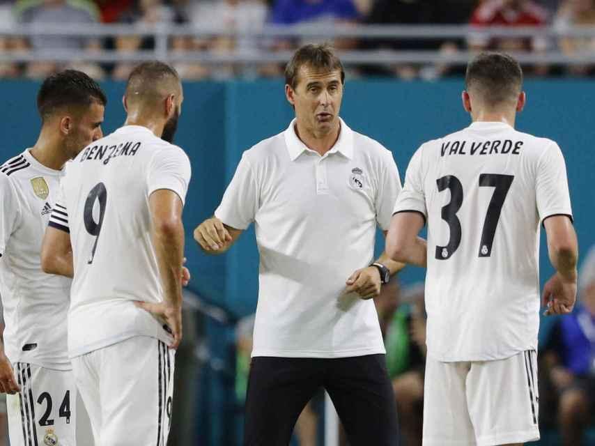 Lopetegui conversando con Benzema, Ceballos y Valverde durante un partido del Madrid