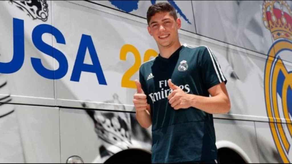 Fede Valverde posa con la camiseta del Real Madrid
