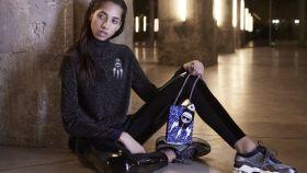 Una modelo posa para la nueva colección de Karl Lagerfeld.