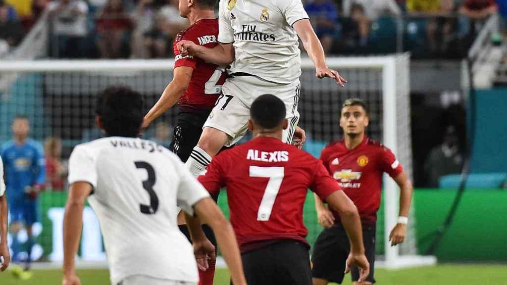 Fede Valverde peleando un balón por alto en el Madrid - United