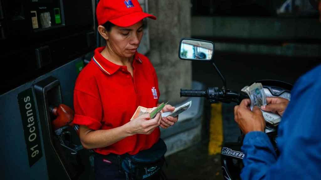 El bajo precio de la gasolina en Venezuela atrae a los colombianos a la frontera.