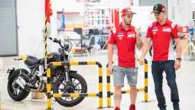 Dovizioso y Lorenzo charlan, durante una visita de Ducati a Tailandia, esta temporada.