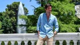 Un modelo posando con una de las camisas unisex de la marca.