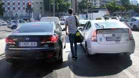 Así es el (casi) imposible hachazo que los taxistas quieren dar a Uber y Cabify