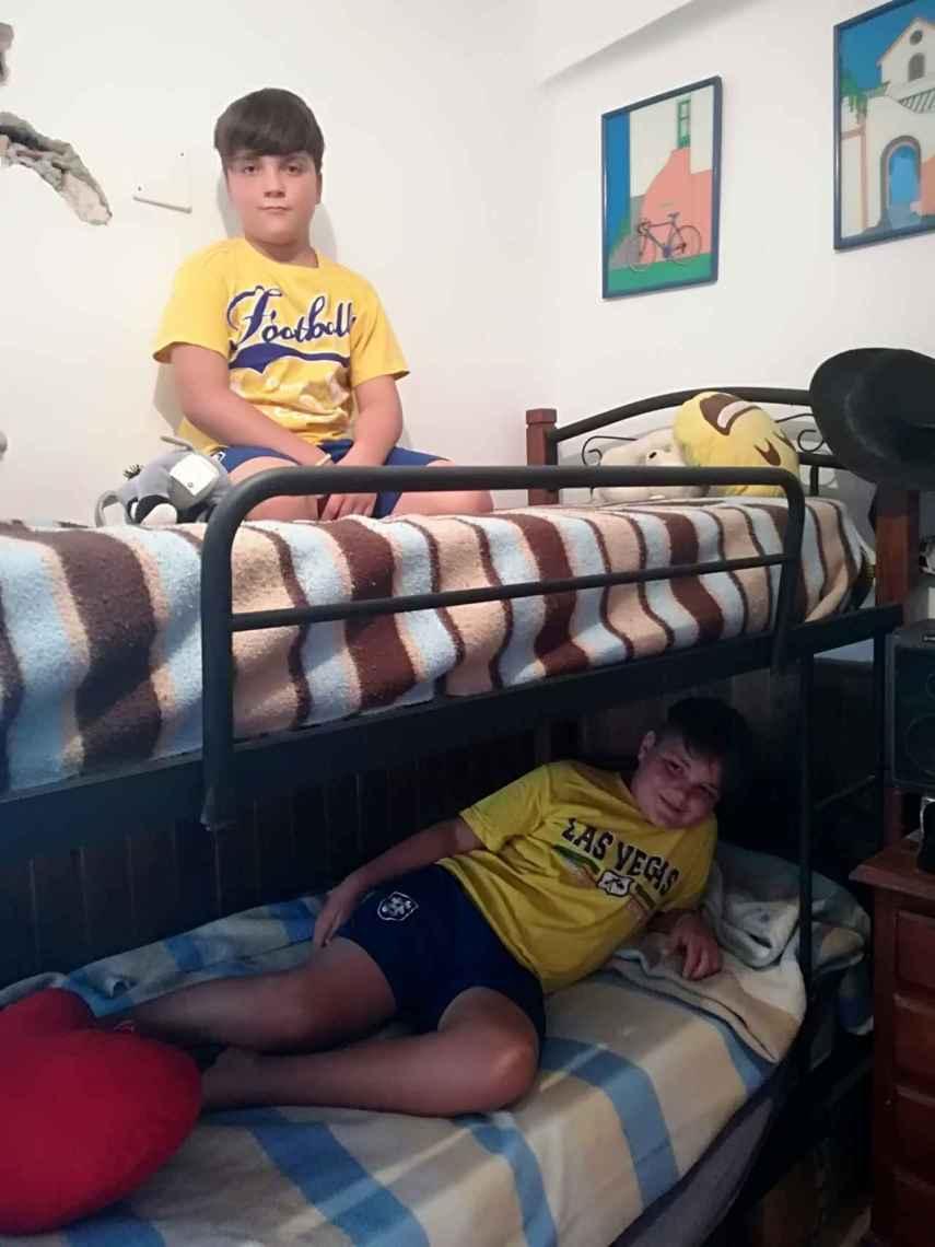 Samuel, de 10 años, en la litera superior, duerme en la misma habitación que su hermano Tomás, un año mayor que él. Ahora mismo, en la casa de su abuela hay 10 camas.