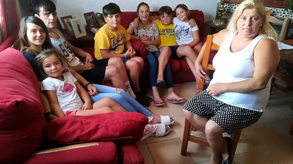 Paqui, sentada en una silla, y los siete nietos que le entregó la Junta de Andalucía en régimen de acogida en agosto de 2011, después de que la madre se desentendiera de ellos.