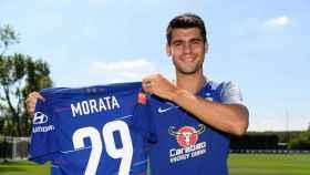 Morata posa con su nuevo dorsal en el Chelsea
