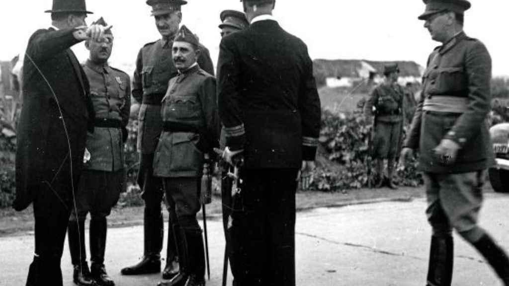 Franco (segundo por la izquierda) junto a Queipo de Llanos (tercero) y Dávila (cuarto), dos de sus nobles.
