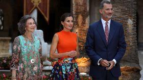 La reina emérita Sofía junto a su hijo Felipe VI y Letizia.