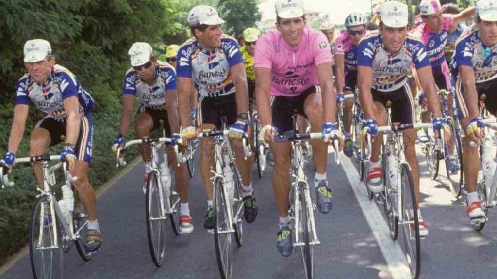 Miguel Indurain, rodeado de sus compañeros de equipo en un Giro de Italia Foto: Twitter (@TeamMovistar)
