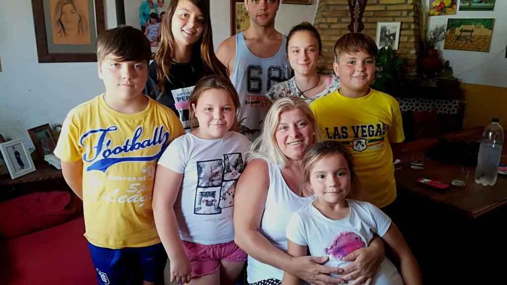 De izquierda a derecha y de arriba hacia debajo: Samuel, de diez años; Yanira (15), José (17), Samanta (13),  Paqui (9), Tomás (11), y Marta (6), que está en brazos de su abuela.