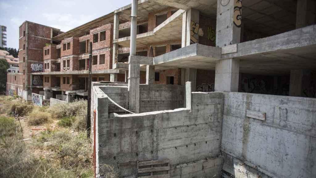 Estado actual de la urbanización de Fuengirola (Málaga) en la que debía vivir Ángela. Las viviendas, sin acabar, son presa de los grafitis y la maleza.