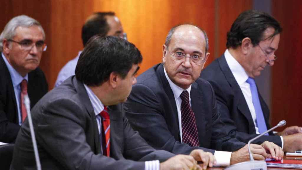Jesús Ruiz Casado, presidente de Aifos, junto a sus abogados en la junta de acreedores de la empresa de octubre de 2014.