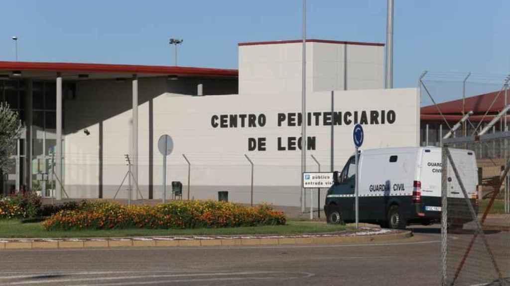 Un furgón de la Guardia Civil accede a la prisión de León.