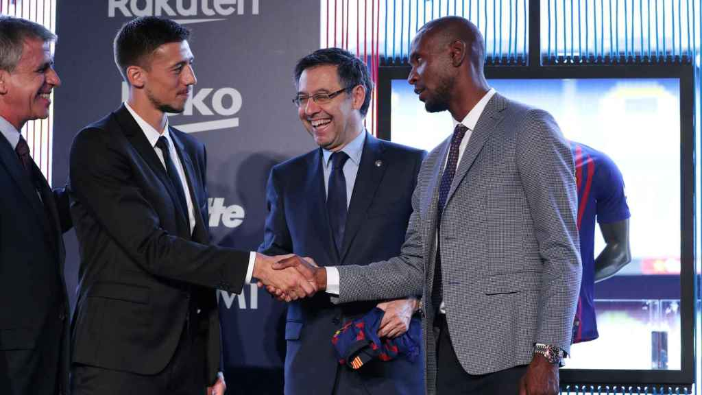 Abidal, junto a Bartomeu durante la presentación de Lenglet con el Barcelona