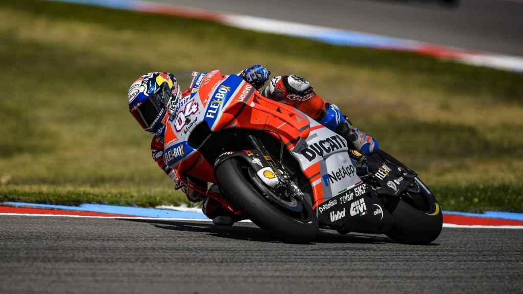 Dovizioso traza un viraje, durante los entrenamientos en el circuito checo de Brno.