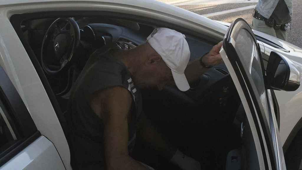 Santi Potros se baja del coche