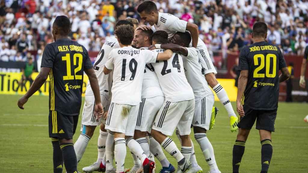Los jugadores del Real Madrid celebran en una piña un gol
