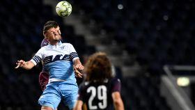 Milinkovic- Savic disputa un balón durante un partido de pretemporada
