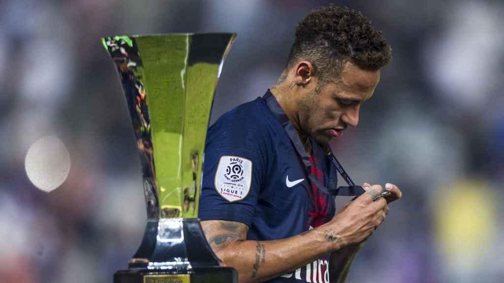 Neymar, con la medalla de campeón de la Supercopa de Francia.
