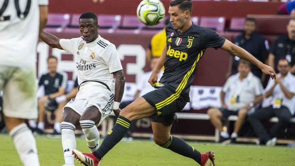 Vinicius golpeando el balón durante el Madrid - Juventus