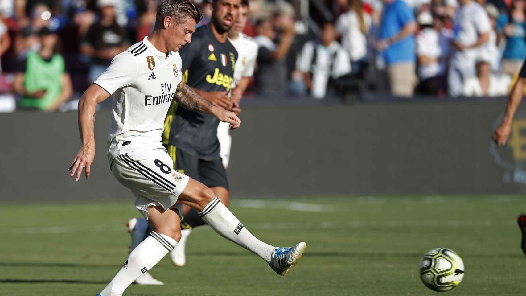 Kroos realiza un pase durante el Real Madrid - Juventus