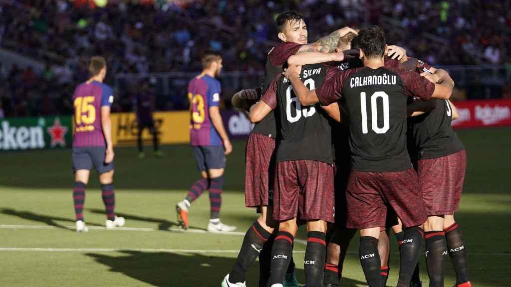 Los jugadores del Milan se abrazan tras el gol logrado ante el Barcelona