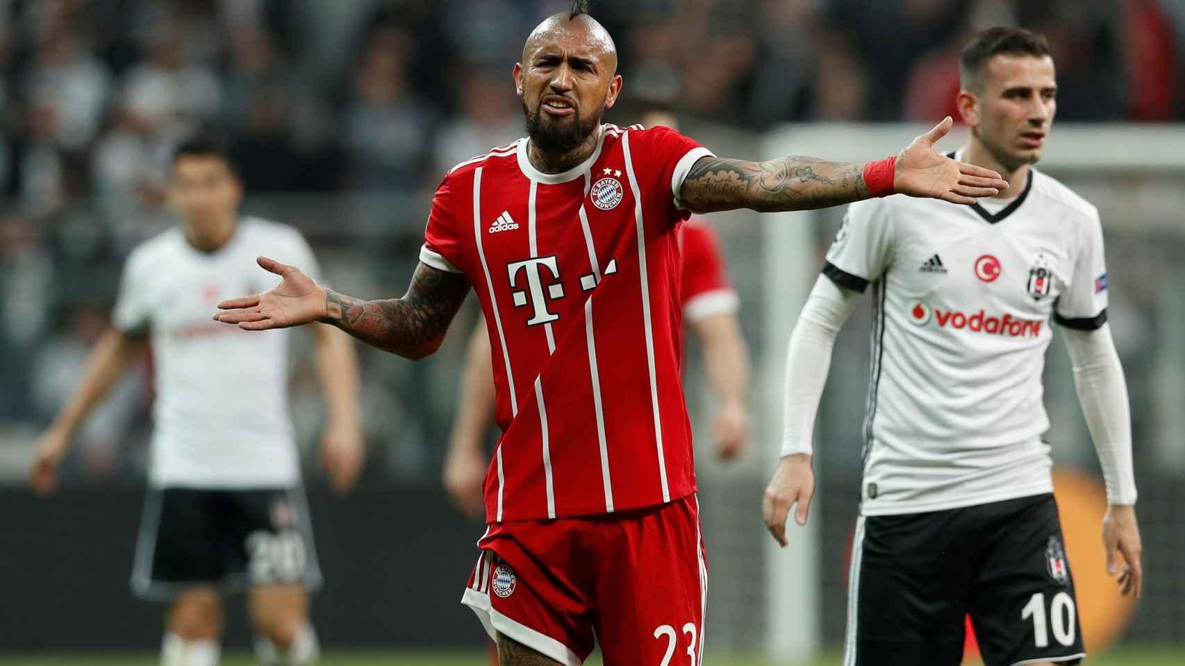 Arturo Vidal protesta durante un encuentro del Bayern Múnich.