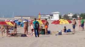 Sombrillas con la bandera de España este domingo en la playa de Arenys de Mar.