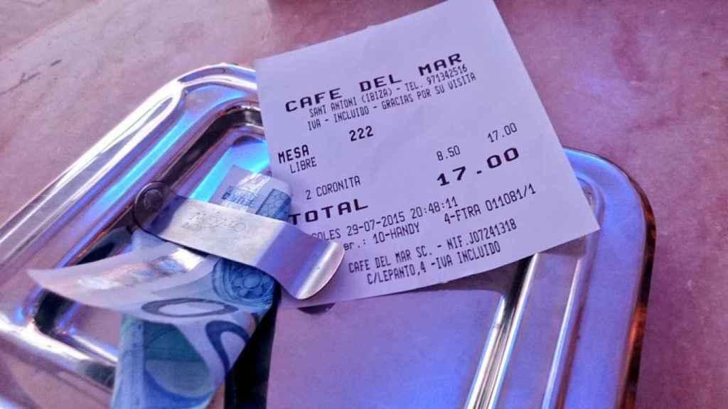 El cliente pagó 17 euros por dos Coronitas en el Café del Mar.