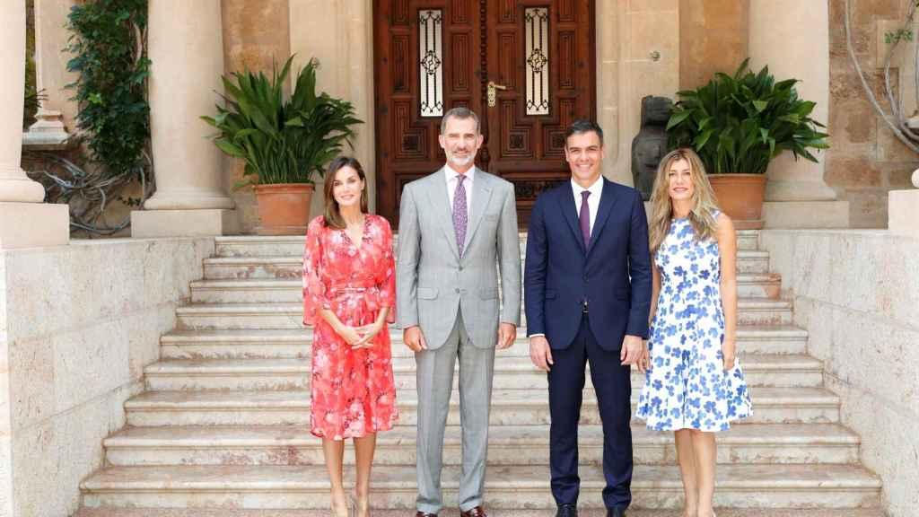 Los Reyes de España junto a Pedro Sánchez y su mujer Begoña Gómez