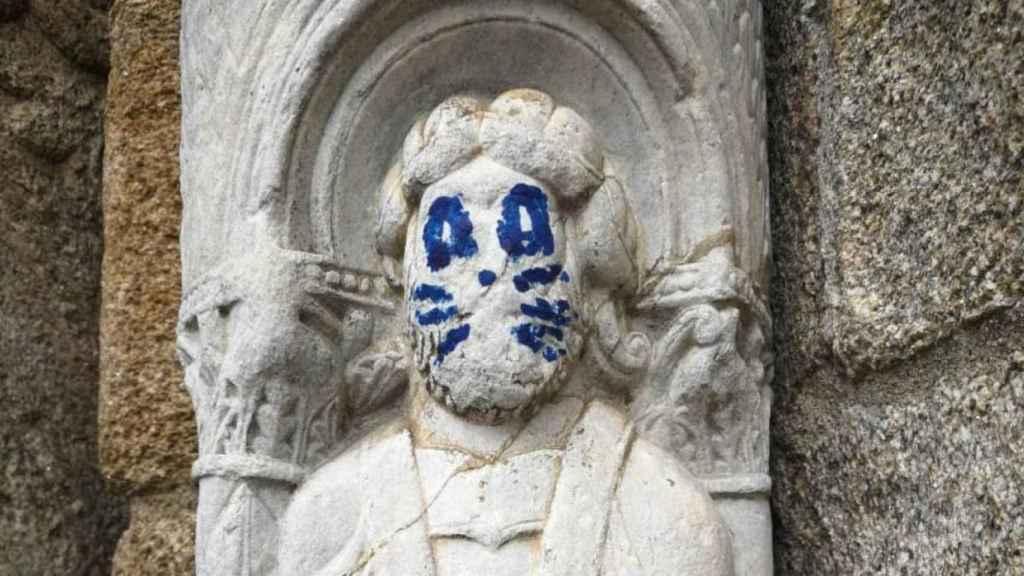 Grafiti en una figura del exterior de la catedral de Santiago