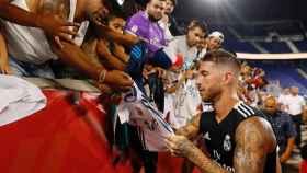 Sergio Ramos firma a los aficionados.