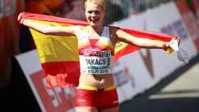 La atleta Julia Takács, al finalizar la carrera.