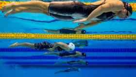 Las nadadoras Vitalina Simonova de Rusia (primer plano), la danesa Thea Blomsterberg (segundo plano), y la española Jessica Vall Montero (tercer plano)