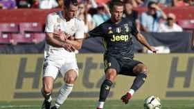 Pjanic en una pugna con Bale durante el Madrid - Juventus