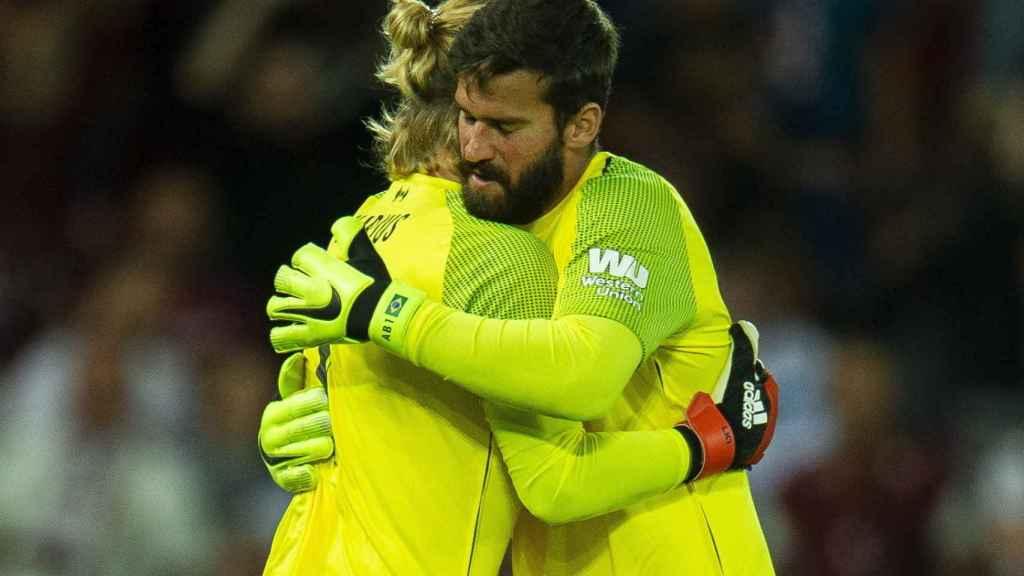 Karius y Alisson se abrazan durante un partido del Liverpool