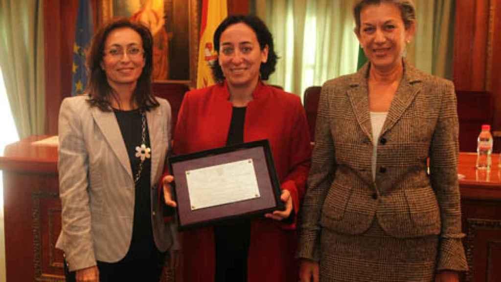 Rodríguez-Medel (centro)  recogiendo un reconocimiento de manos de la entonces alcaldesa de Marbella.