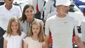 Letizia, Felipe VI y sus hijas, a bordo del Aifos 500.
