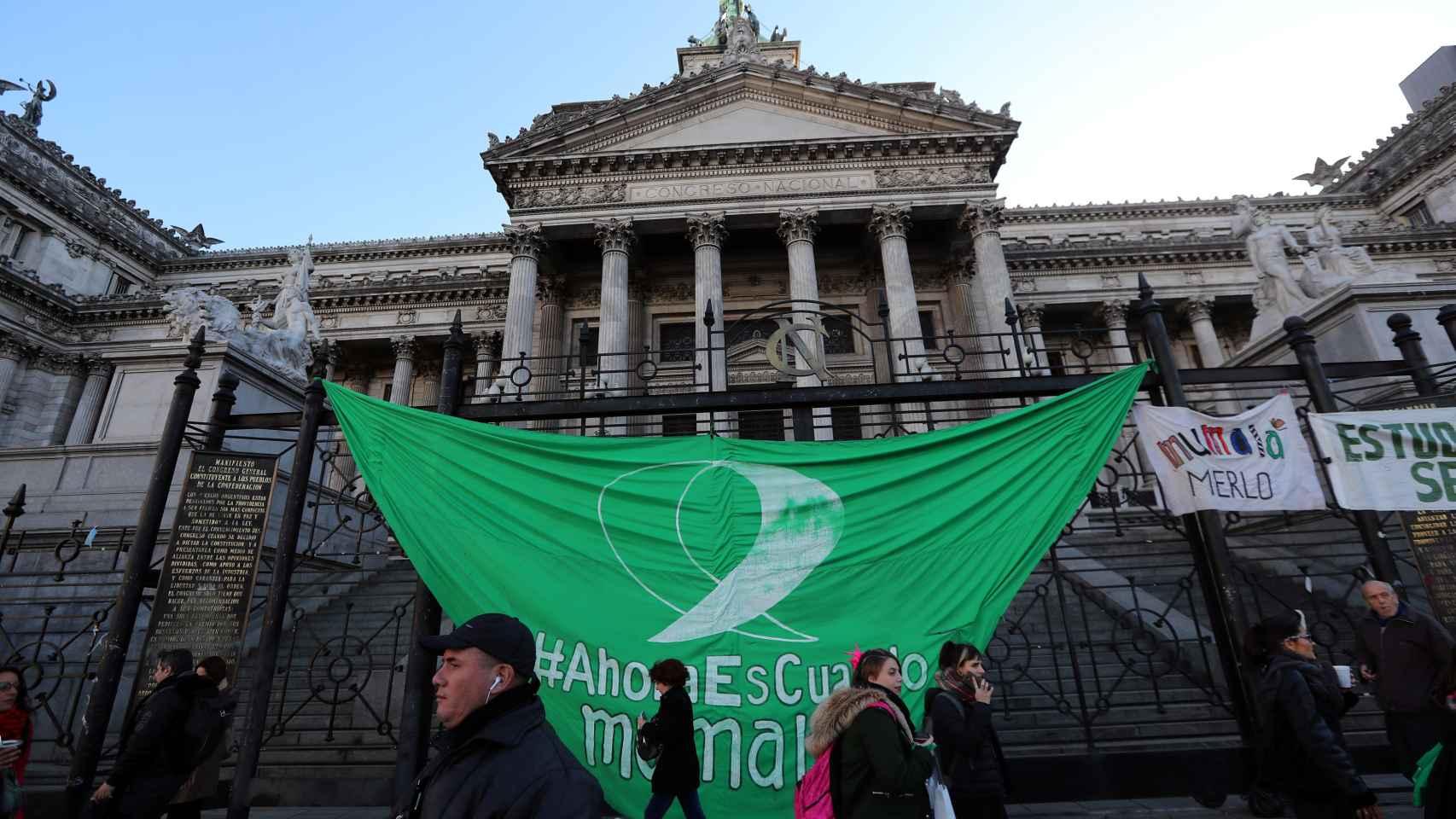 Una bandera verde, a favor del aborto,  que cuelga de la valla del Congreso en Buenos Aires.