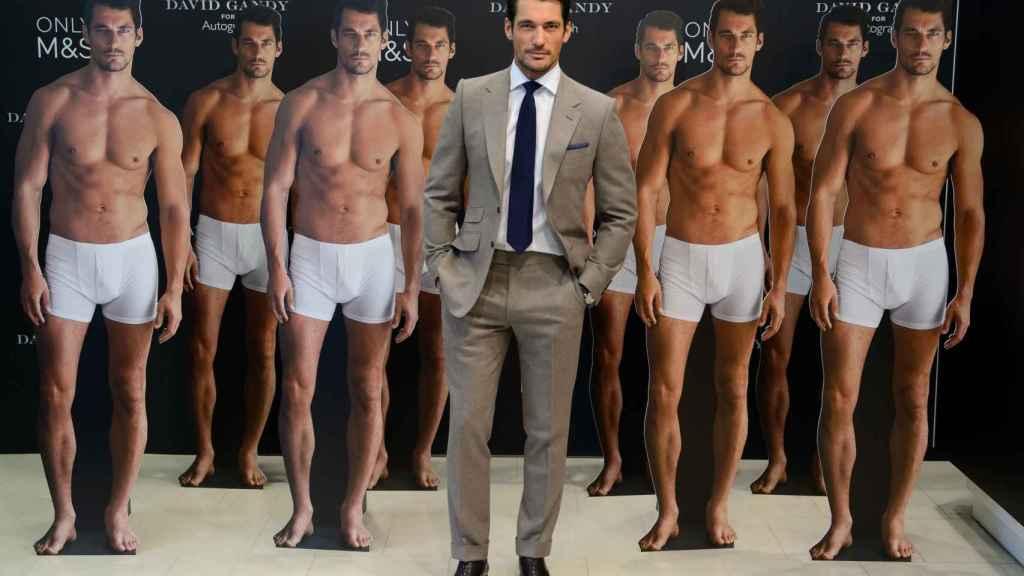 El modelo David Gandy rodeado de otros modelos en calzoncillos.