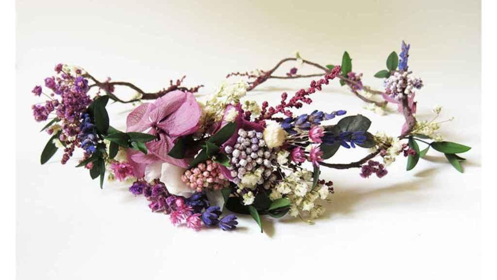 Corona de flores en tonos lila de 'El Taller de Bagatela'.