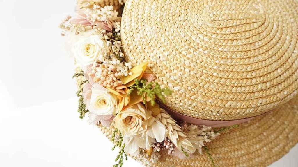 Sombrero con detalle de flores de 'El Taller de Bagatela'.