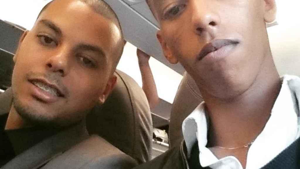 El presunto terroristas El Hanafi -a la izquierda- se hizo un selfie junto a su compañero Elmosthapha Azouggah cuando ambos volaban a Barcelona.