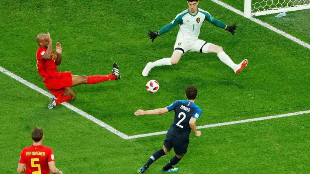 Courtois haciendo una parada en un partido de Bélgica contra Francia