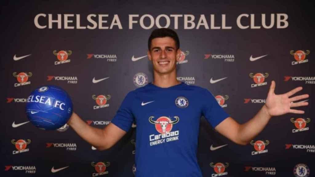 Kepa, posa con la camiseta del Chelsea. Foto: chelseafc.com