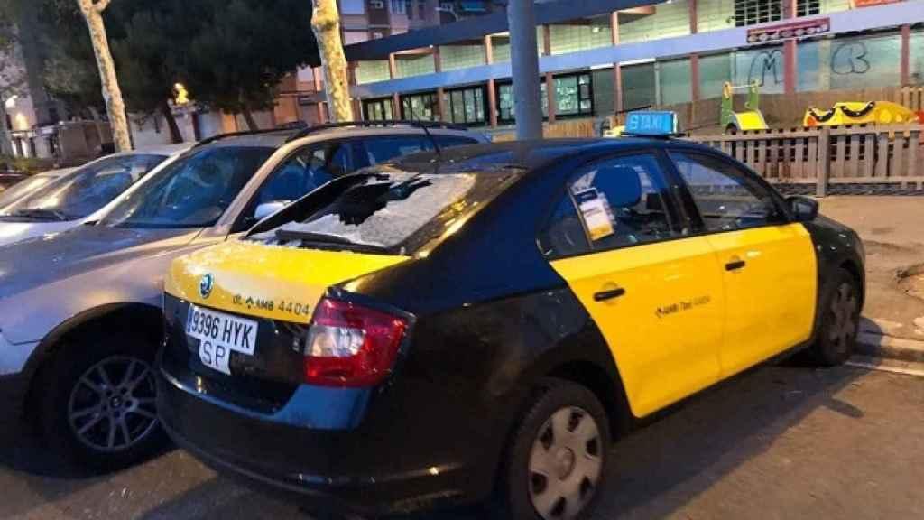 Imagen del coche dañado del taxista de Barcelona.