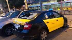 Imagen de uno de los taxis de Barcelona dañados.