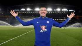 Kovacic posa en Stamford Bridge.